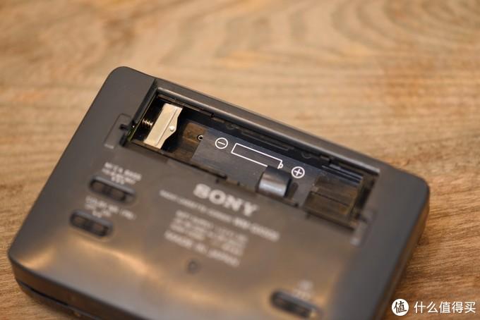 电池兼容5号电池和口香糖电池,现在不好找口香糖电池也可以用五号电池替代。