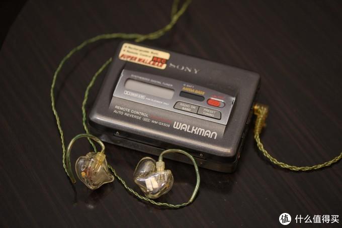 耳机已经发展了好几个世代,配合老式的磁带机,也能听出一些历史感。