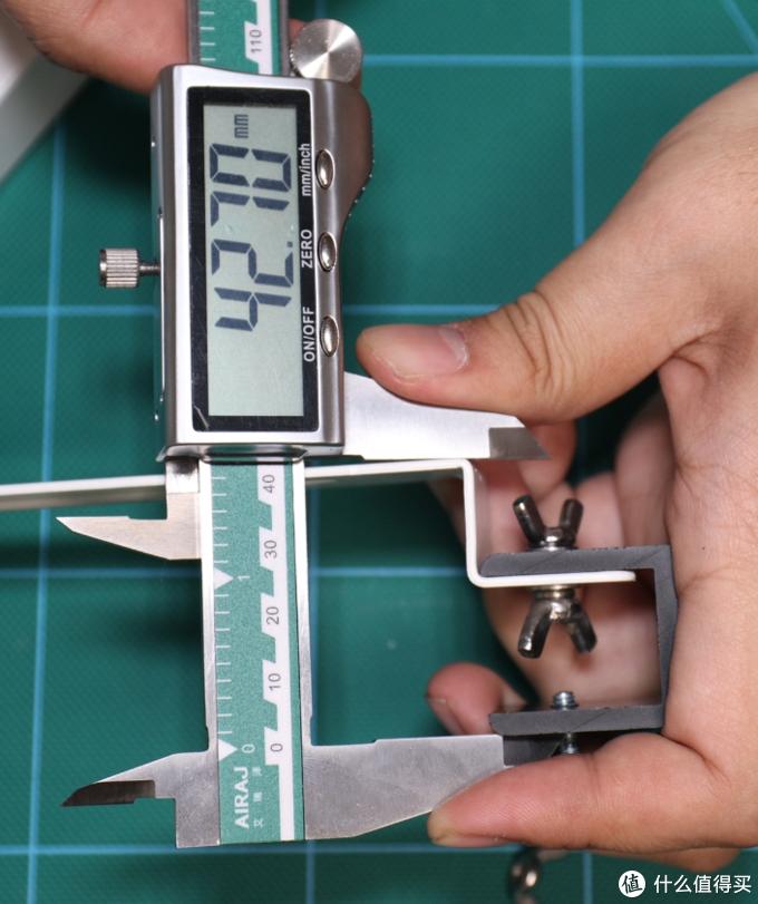 勉强超过42mm,硬要装小米排插的话应该也够