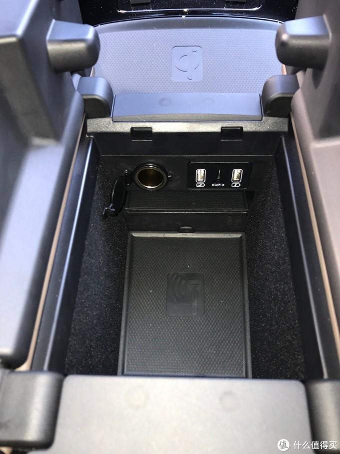 车身自带的手机充电接口很丰富,至少有三个,一个是接usb或者硬盘的!有人说有六个,我没找到其他的两个!中间有个SD卡槽!