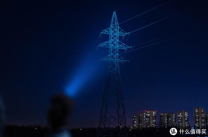 TK11 TAC的最高亮度为1600流明,最远射程为335米。拍摄时距此高压线杆约150米左右,手电调节至最亮,可见线杆被明显照亮。