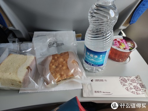 飞机餐,用像KFC的打包袋装着的,都是干粮
