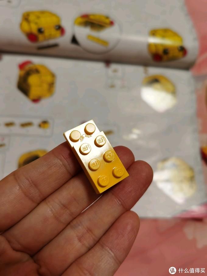 竟然缺了个件,就是乐高2*3这个薄片砖,幸好不是什么特殊件,而且颜色竟然没有色差,完美替代