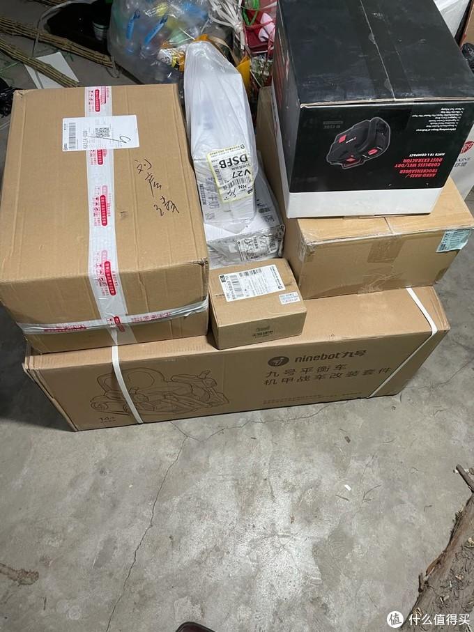 元旦攒的快递,箱子还是很大的轿车后备箱放不下