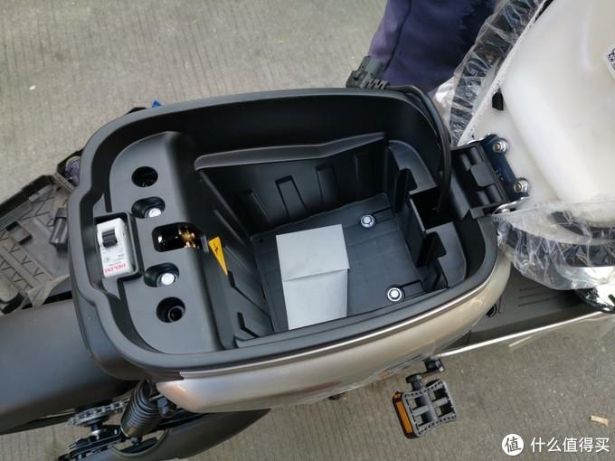 电池仓由4个螺丝固定上两个下两个。