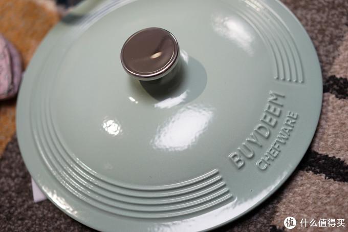 锅盖上印有logo和花纹,珐琅的喷涂很到位,浅杉绿太美了