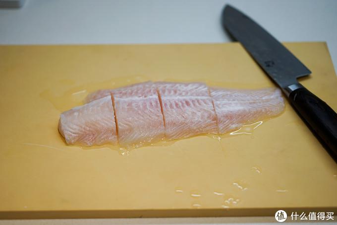 鱼选择了巴沙鱼(龙利鱼也可),这种无刺的鱼非常适合制作这种菜色,解冻后切成合适的大小