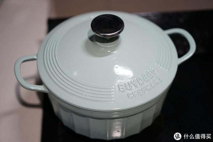 加热几分钟听到锅内有噼啪声时打开锅盖,放入几个花椒和虾