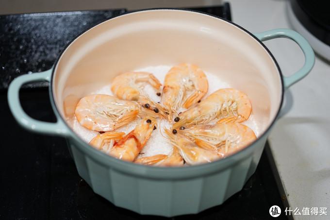 这种做法制作的虾和水煮比较接近,但是由于没有水的存在,虾的鲜味会被浓缩在虾肉中,口感也是干干的感觉,感觉要比白灼的好吃程度翻倍