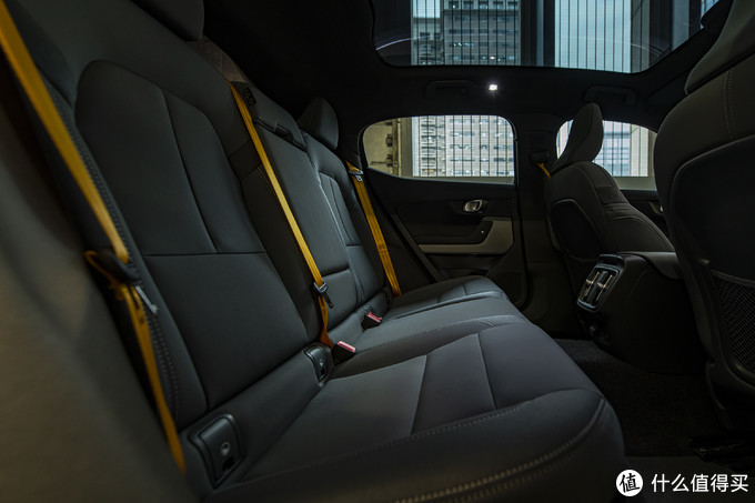 坐进车内,安全带也是金黄金黄的。不管穿什么颜色衣服,安全带捆身上都很搭