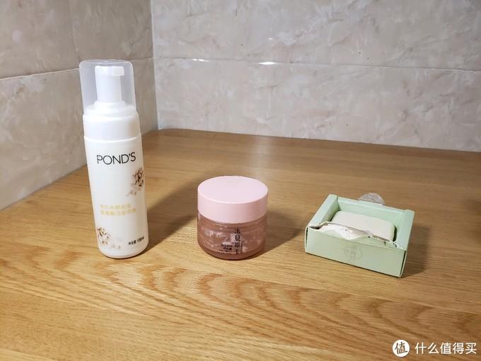 左1旁氏米粹,右边两个是庭秘密卸妆膏和洁面皂
