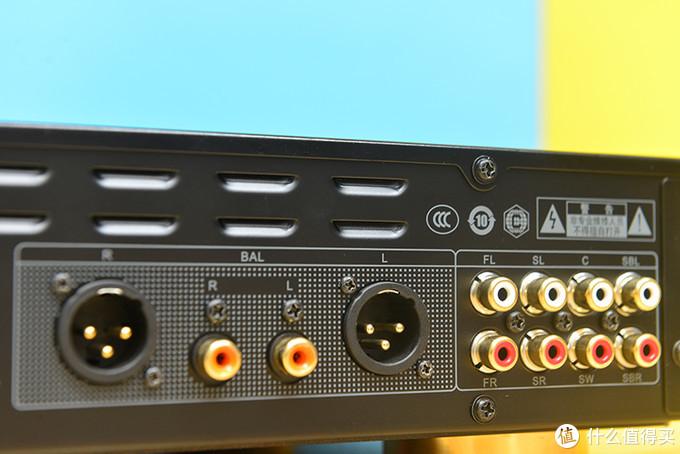 背面板配备双HDMI接口、同轴、光纤数字音频接口、XLR全平衡模拟音频输出接口、RCA立体声模拟输出接口和7.1模拟声道输出接口等等