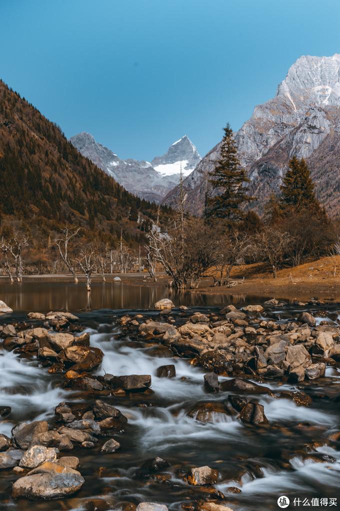 融雪汇成的溪流