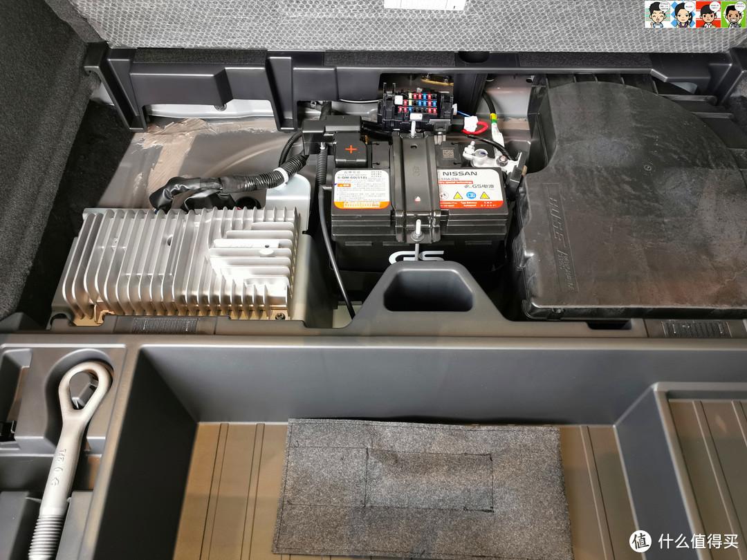 后面是单独的电池和选装的博世功放、低音炮,这样一来,全系没有配备胎。。。。。。