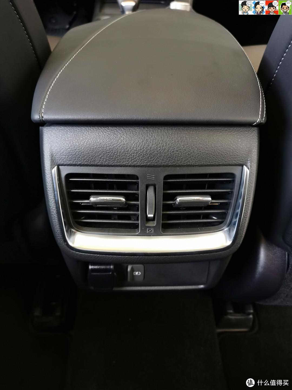 第二排空调出风口,下面有一个12V电源插口和一个USB充电口。