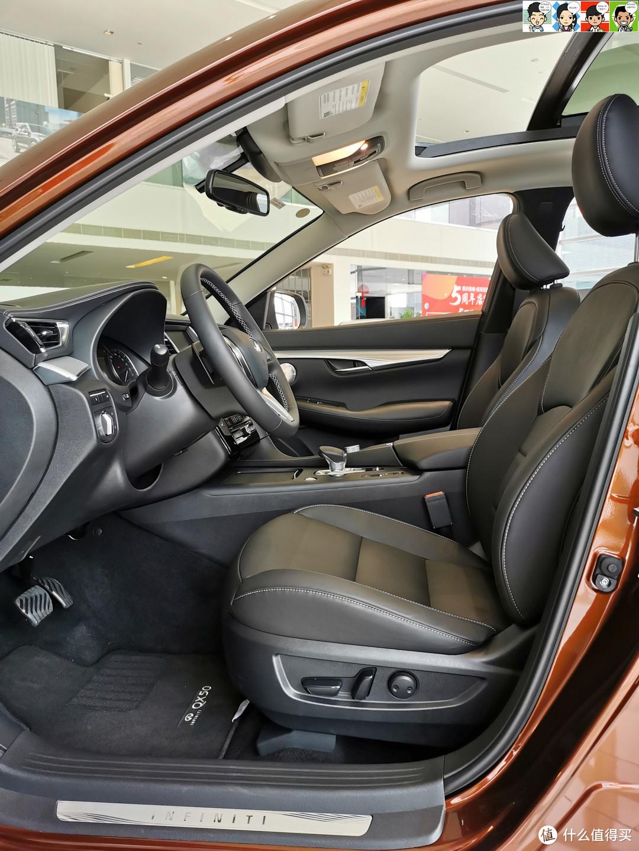 前排,主驾驶席6向电动调节,副驾驶席4向电动调节,沙发厂的美誉一如既往地好评~