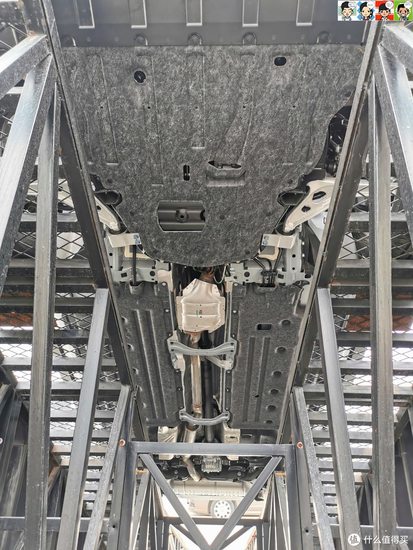 底盘比较平整,可以看到后驱传动轴。悬挂形式为前麦弗逊式独立悬挂,后多连杆式独立悬挂+横向稳定杆。