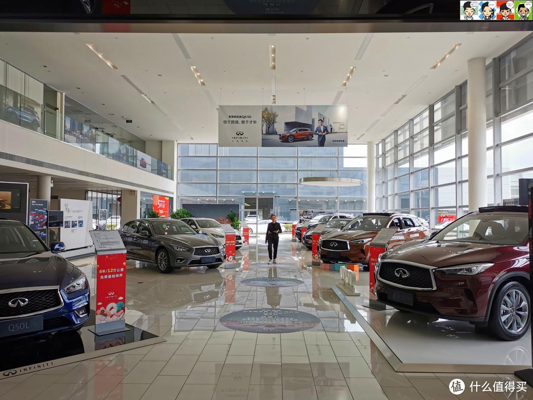 展厅内轿车Q50L和SUV QX50平分秋色,事实上英菲尼迪也是基本靠这两款车走量,虽然这点量比起同属日系豪华品牌的雷克萨斯来说毛毛雨都算不上~