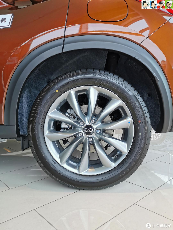 邓禄普235/55 R19轮胎搭配19寸铝合金轮毂,样式比较普通。