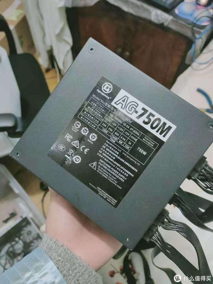电源本打算用AG-750M,但是实测的时候发现稍微长了一点,卡住显卡风扇侧边