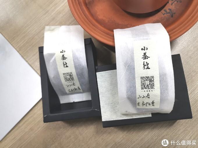 内里:里面躺着两包茶样儿,包装看着像是丝质,但摸着像纸,又很光滑
