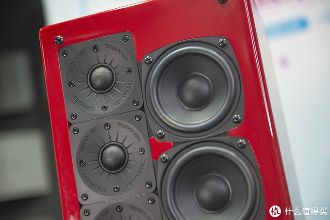 M150高音单元采用矩阵排列设计,工作时各个单元的声波交替叠加,对减少失真也有一定促进作用
