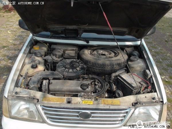 发动机舱,可见圆形的空滤和前置的备胎