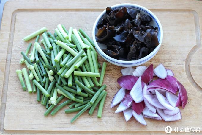 蒜苔别炒肉了,加鸡蛋和木耳更下饭,简单营养老少皆宜,一次一盘
