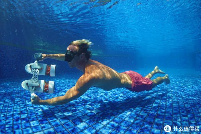 可以玩出花样的水下小摩托,赞一个! 白鲨Tini水下助推器