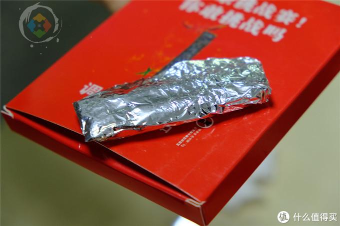 重庆人大胆挑战黑色辣条,味道奇葩像霉菌,一口下去脸红冒冷汗