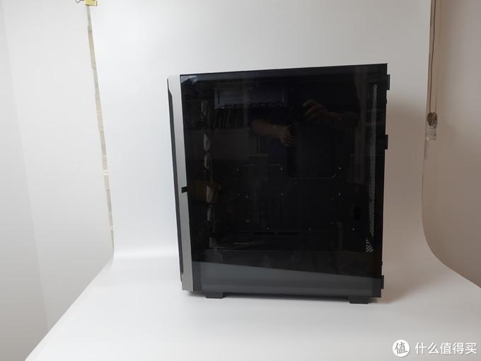 """黑化玻璃算是最近侧透的""""不出错""""配置,因为现在RGB硬件实在是太亮了"""