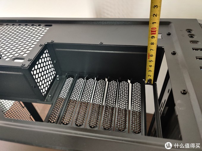 同时IO面板提供了7CM的纵深,确保DP,HDMI线也不会弯折。