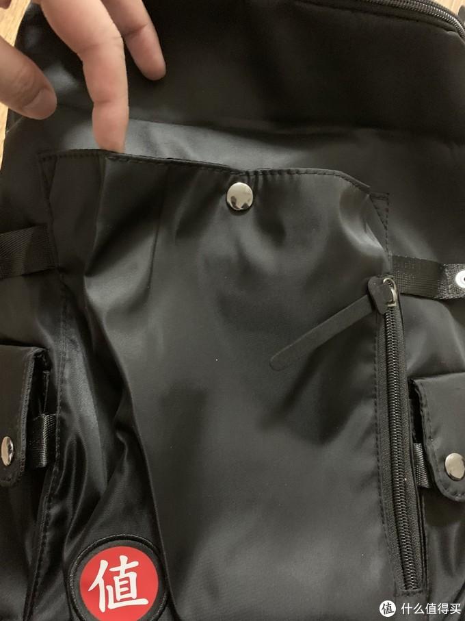 包顶打开后,发现还有个隐藏式按扣口袋,可以放一些稍大的物件,算是个副仓了