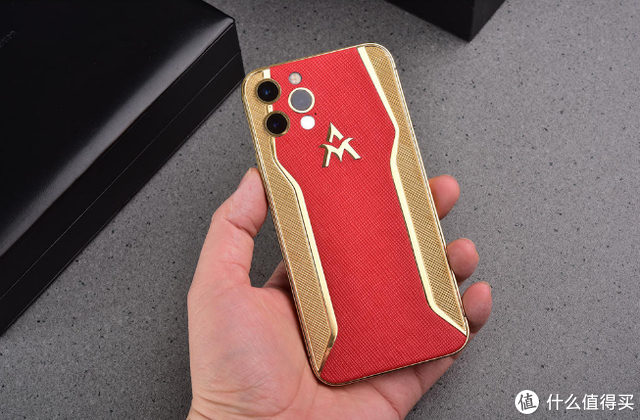 手机内的奢侈品,定制同款皮质,采用24K纯金电镀工艺