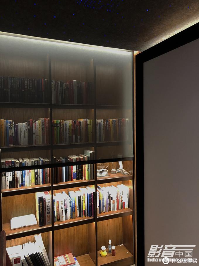 书柜卷帘升起中