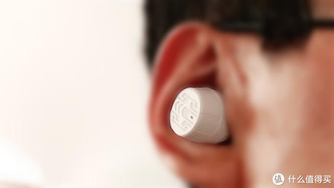 佩戴舒适度上还是非常贴耳舒适的,耳套的材质柔软隔音,连续佩戴两小时没有出现痛感