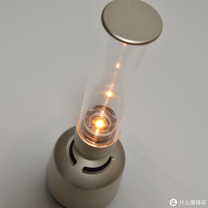 光线是从灯管中央发出的