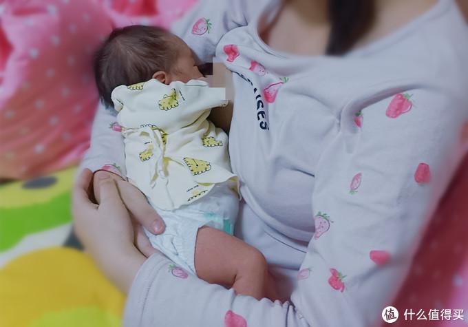 宝宝吸的很顺畅,我的手就没有放在乳房上