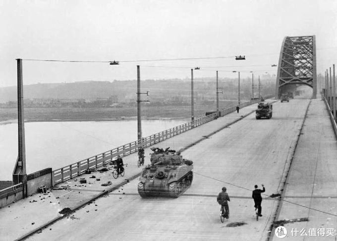 英国第30军的坦克驶过奈梅亨大桥(图自 维基百科)