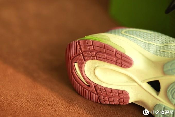 弹软并济穿着舒适 安踏&咕咚联名款跑鞋