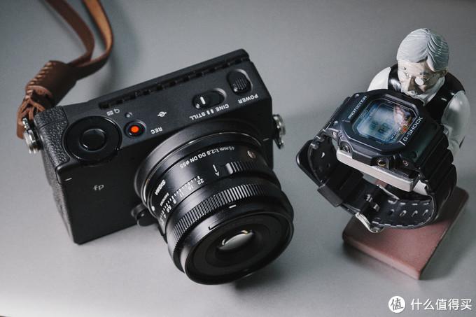 全画幅相机的体积和卡西欧小方块作个体型对比
