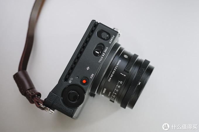 顶部单独的视频录制键好评!视频/照片切换键这样的设置还是很新颖的