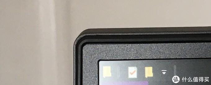 我这台在屏幕左上角的贴合处有点瑕疵,缝隙没有对齐,但是完全不影响使用。