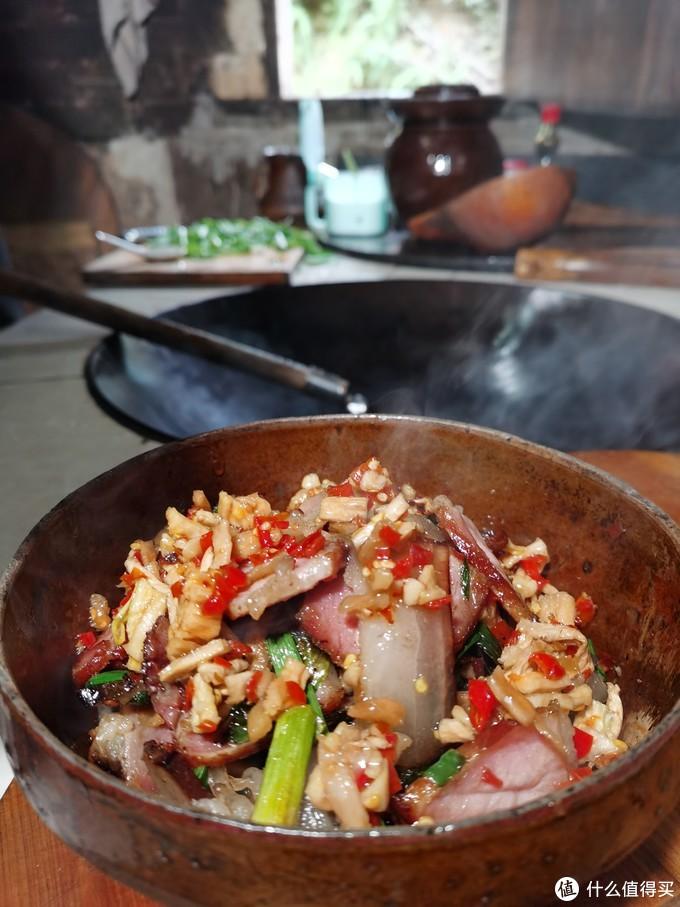 湖南农家土灶刚出锅的萝卜干炒腊肉