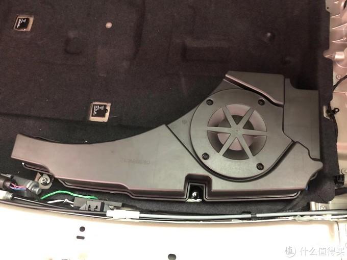 后备箱备胎旁边安装低音炮