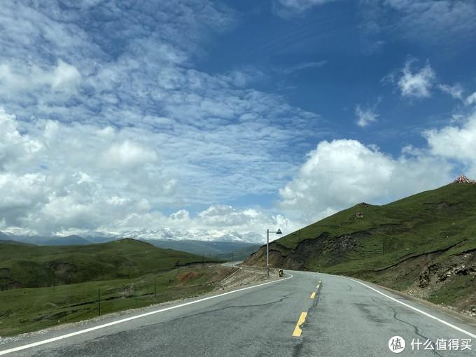 路上远看雪山