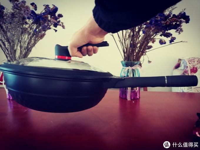 单手抓住锅盖