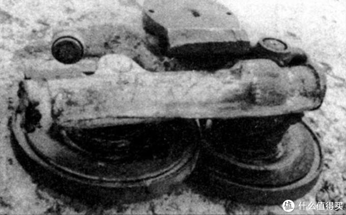 """保时捷猎虎用的纵置扭杆悬挂轮组,这根管子就是扭杆套筒。因为是平行于车辆前进方向所以称为""""纵置"""""""