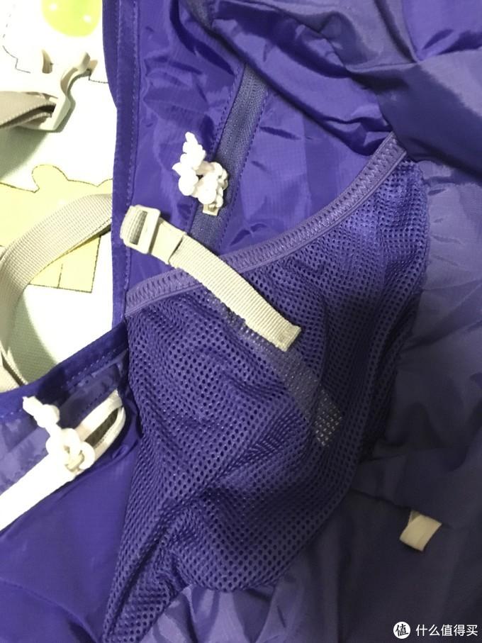包的两个侧面都有可以装水杯的网兜,没什么弹性,水杯装进去并不牢固