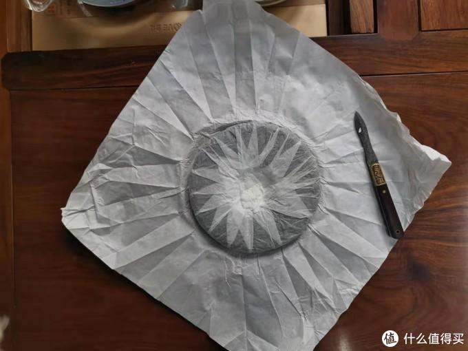 揭开外面的一层绵纸,里面还有一层薄如蝉翼的绵纸包裹着